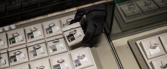 هل لكِ أن تتخيلي ارتداءهما وتخرجي بهما من المنزل؟ 57.4 مليون دولار ثمن قرطَين من الماس.. شاهدي الصور