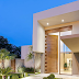 Fachada de casa contemporânea com porta painel dentada de madeira e vidro!
