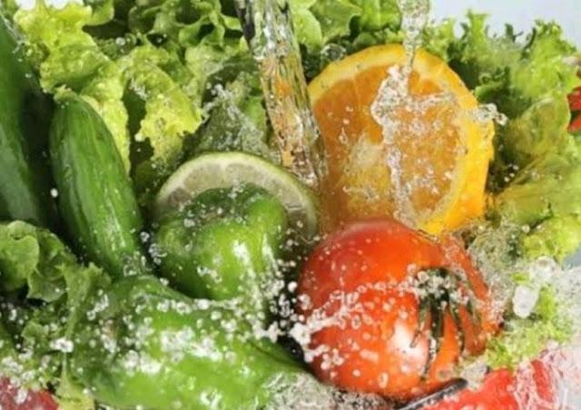 Membersihkan Sayur dan Buah