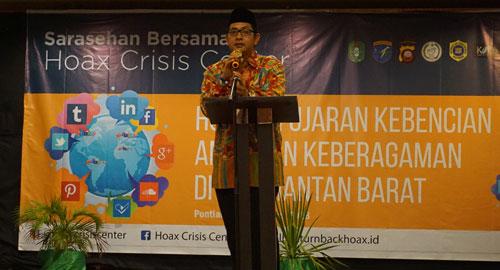 Ketua Forum Kerukunan Umat Beragama (FKUB) Kalbar Ismail Ruslan saat menyampaikan materinya pada Sarasehan HCC Kalbar di Santika (29/8) kemarin. Photo HCC Kalbar