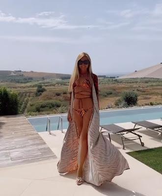 Federica Panicucci bikini e kimono tigrato oggi 10 agosto