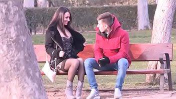 Española se va al Retiro en busca de un chico para follárselo