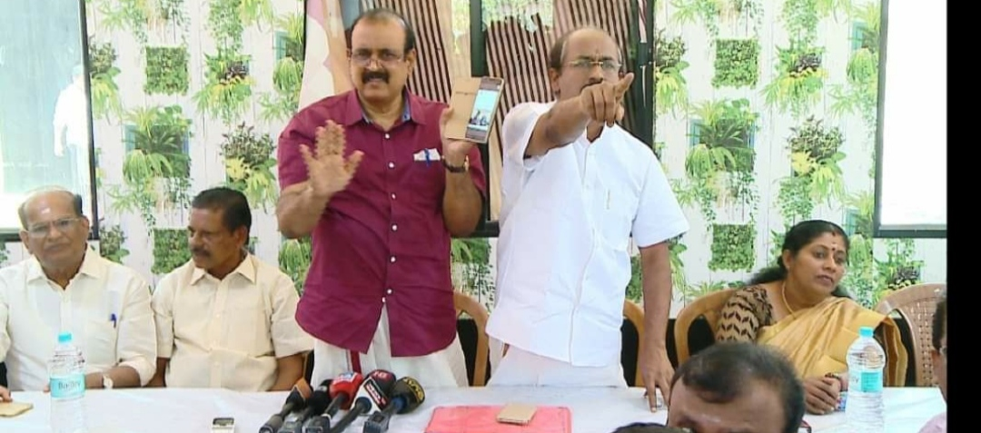 Dislikes with questions, TP Senkumar's supporters disrupted the news conference;  Journalists went down,www.thekeralatimes.com