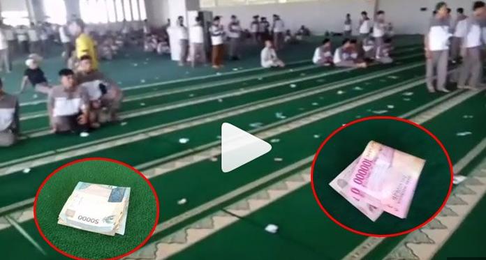 Di Masjid Ini Uang Ratusan Ribu Berserakan Di Karpet