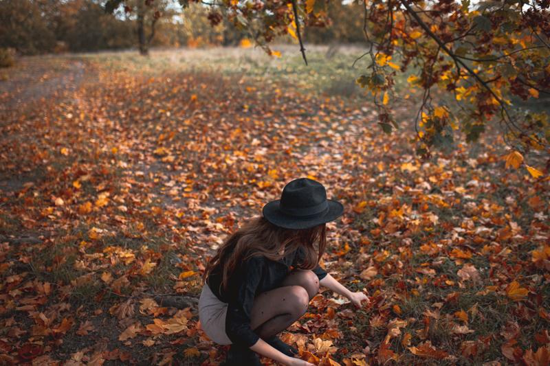 dziewczyna i liście
