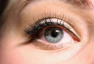 معنى رؤية تكحيل العين في حلم المطلقة
