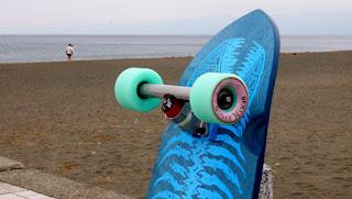 フラット湘南はサーフスケートでターン、カービング、スラッシュ反復練習