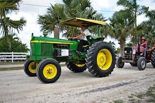 Menghidupkan traktor roda 4 dan cara mematikan traktor roda 4 pada intinya sama seperti kendaraan mobil dan sejenisnya. Traktor roda 4 (empat) pada umumnya menggunakan motor penggerak diesel (menggunakan mesin disel). Sebelum traktor dihidupkan untuk digunakan lebih baik kita lakukan pemeriksaan traktor terlebih dahulu untuk menghindari kemungkinan kerusakan pada saat digunakan. setelah semua di periksa maka baru kita hidupkan mesin traktor tersebut selama 2 - 3 menit untuk menyebarkan pelumas keseluruh bagian mesin.