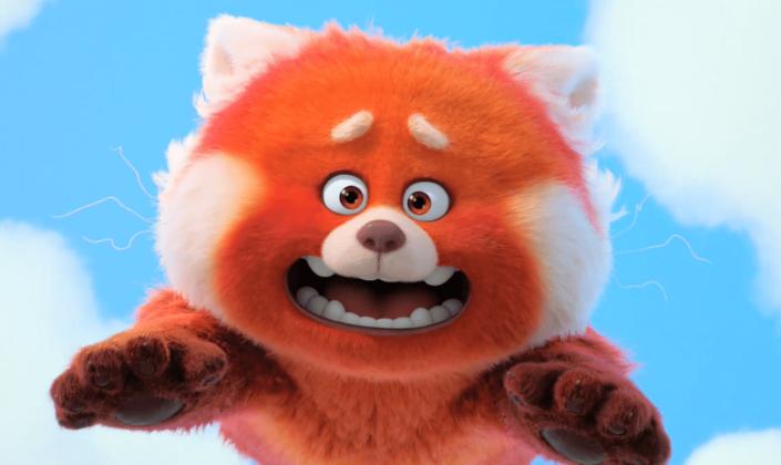 Imagem de capa: cena do trailer da animação Turning Red, em que se vê um panda vermelho chinês, com orelhas pontudas, o pêlo avermelhado, pequenas presas caindo do céu com um olhar desesperado.