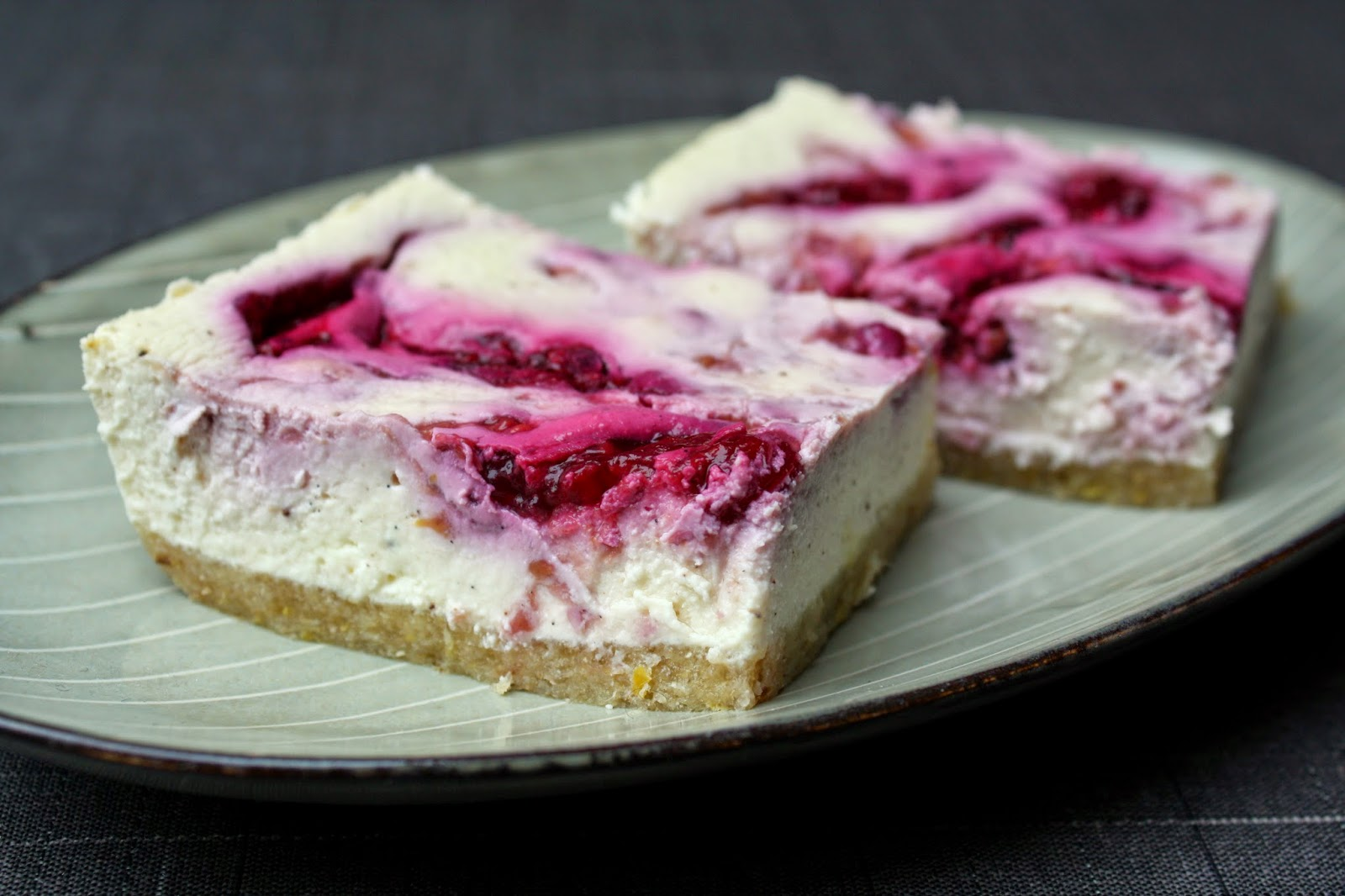 Madlaboratoriet: Sund ricotta-cheesecake med æble-ingefærbund og hindbærswirl