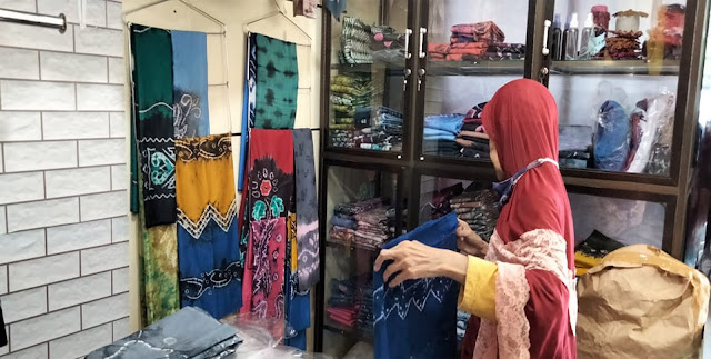 Sempat terpukul pandemi Covid-19, penjualan sasirangan di Banjarmasin mulai meningkat tajam. Foto/RepublikPost.com