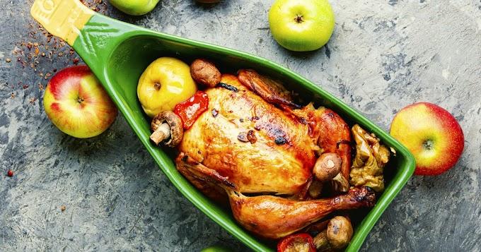 Almával, egészben sült csirke: a bőre szép fényes és jó ropogós