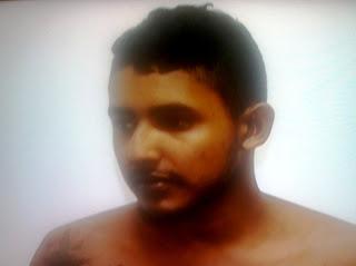 """Depois de """"Julgar"""" e ordenar torturas contra uma adolescente, traficante preso se passa por """"Bonzinho"""" e nega tudo; Vídeo"""