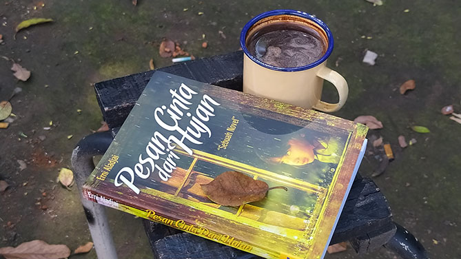 Menyesap kopi dan membaca novel