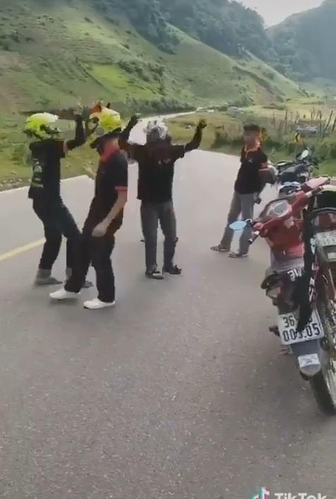 Một nhóm phượt thủ bất chấp nguy hiểm, ngang nhiên nhảy nhót giữa đường mặc cho xe to qua lại ở Mộc Châu, Sơn La