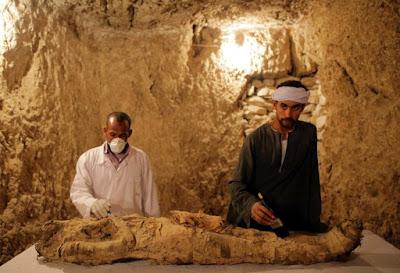 Αίγυπτος: Αρχαιολόγοι ανακάλυψαν μούμια σε ανεξερεύνητο τάφο στο Λούξορ