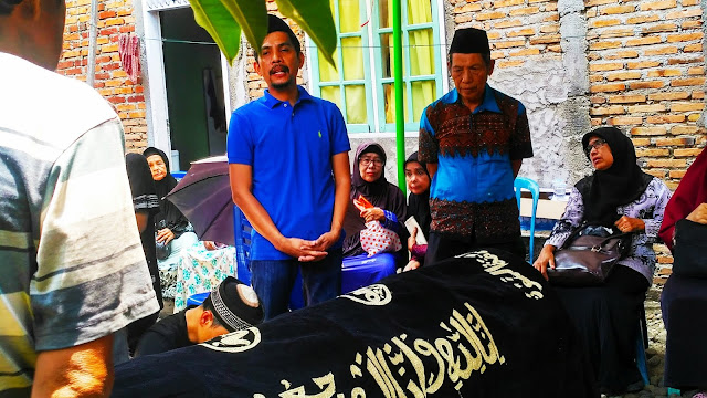 Jack Aspardi Piliang, SH. MH. Melepas Jenazah Orang Tuanya