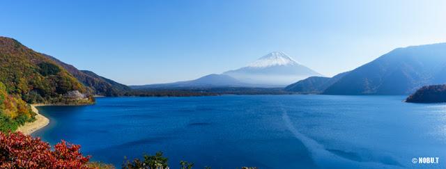 真っ青な本栖湖と富士山