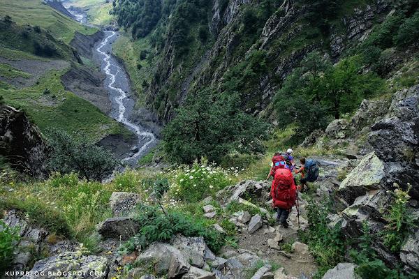Крутой склон на спуске в долину реки Дамирапаранчай