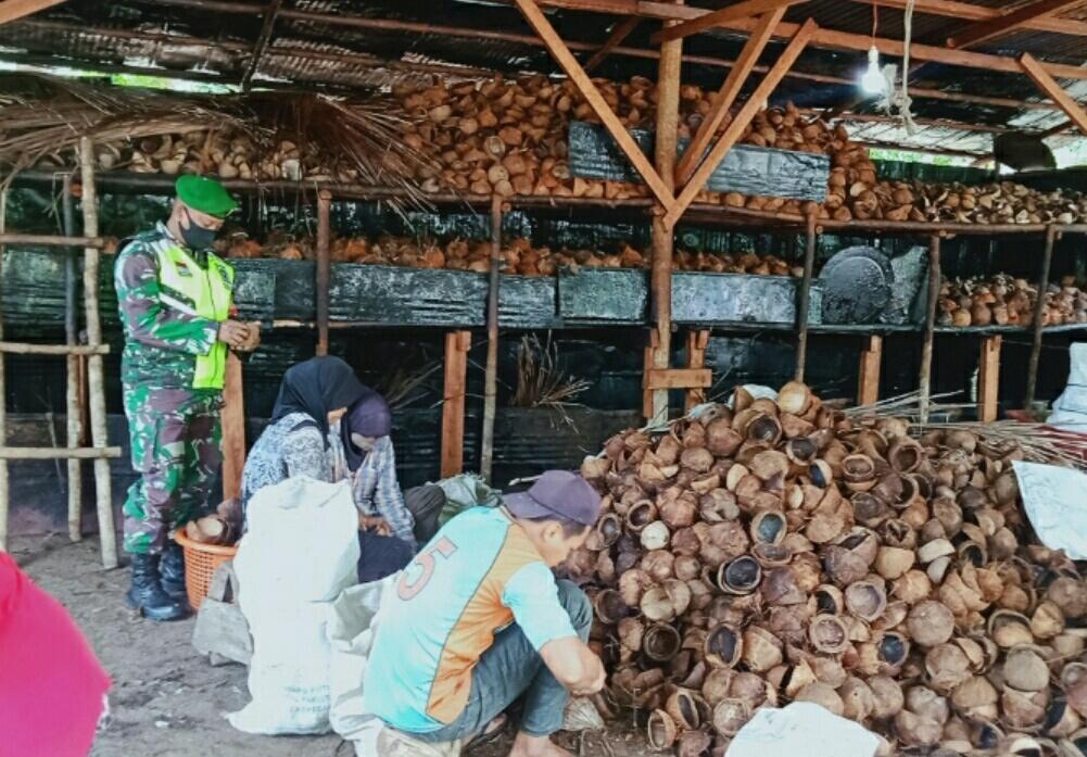 Babinsa Desa Tanjung Melakukan Komsos Bersama Warga Petani Kopra