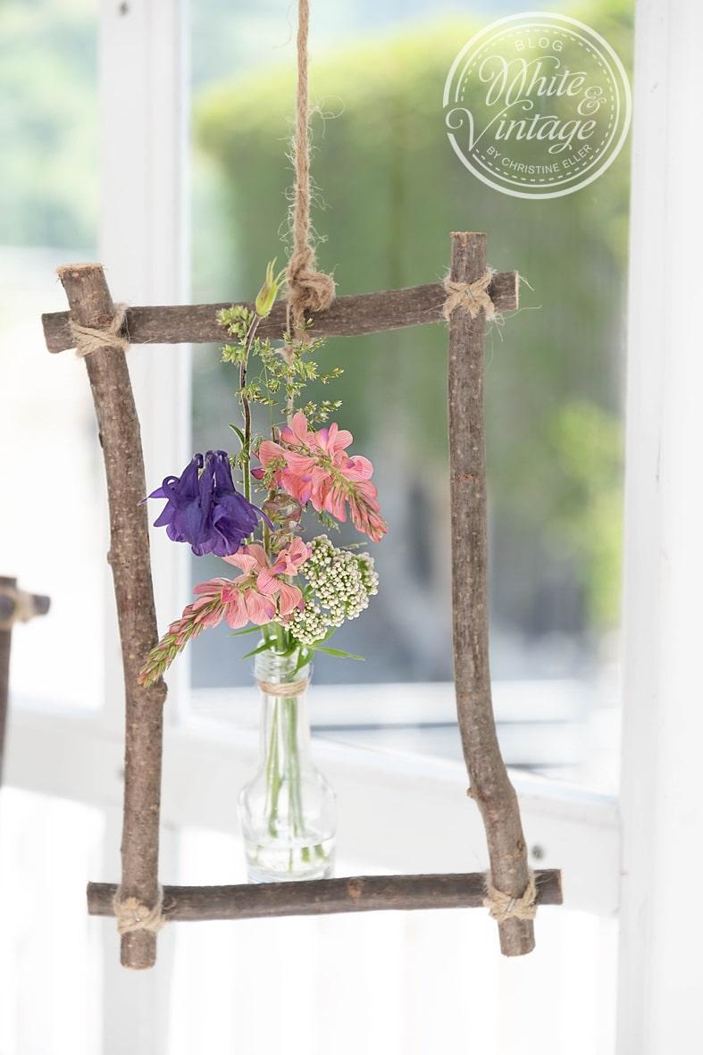 Aus Naturmaterialien Fensterdeko für den Frühling selber machen.