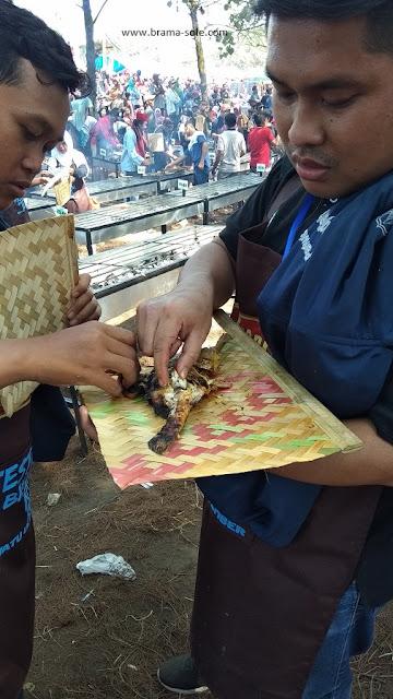 Mencicipi Hasil Bakar Ikan dalam Festival Bakar Ikan di Waton Parade 2019