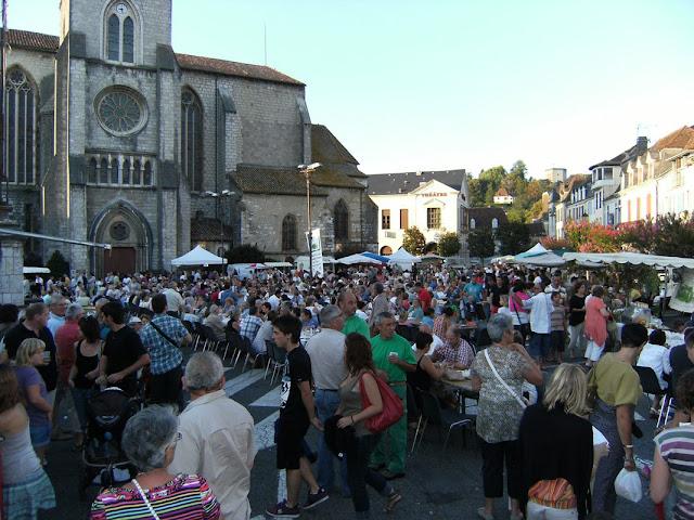 Feiras com produtos de granja artesanais atraem até os maiores chefs da França. Essa é em Orthez.