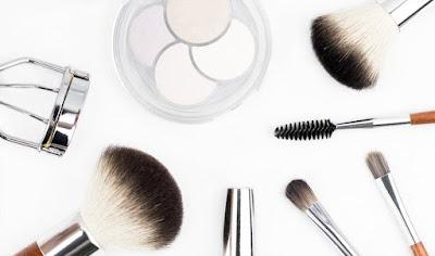 Imagem ilustrativa de maquilhagem e pincéis.