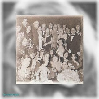Η ηθοποιός, Μιράντα Κουνελάκη, σε ένα μασκέ πάρτι με πολλά γνωστά ονόματα της εποχής: Γιάννη Γκιωνάκη, Λάμπρο Κωνσταντάρα, Λευτέρη Βουρνά, Τάκη Μηλιάδη, Χριστίνα Σύλβα, Σμάρω Στεφανίδου και άλλους