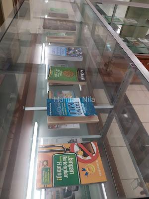 Etalase Buku Masjid Agung Surabaya