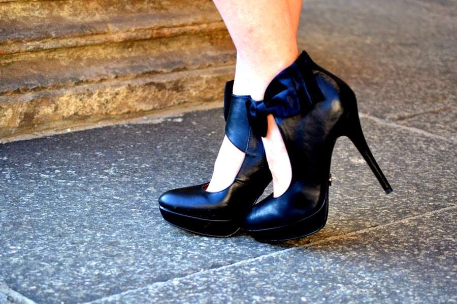 bow high heels in black