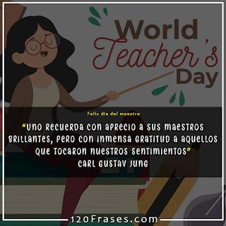 maestra sentada en el escritorio