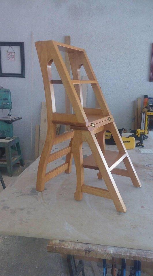 Silla de madera que se convierte en escalera for Silla que se convierte en mesa