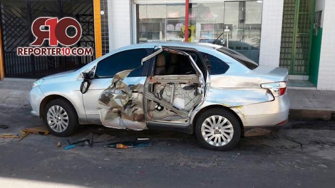 Carro fica destruído após ser atingido por caminhão no centro de Piripiri