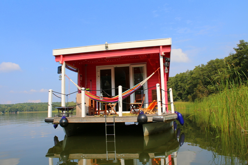 Erdbeerrotes Bungalowboot im Schilf | Arthurs Tochter Kocht by Astrid Paul