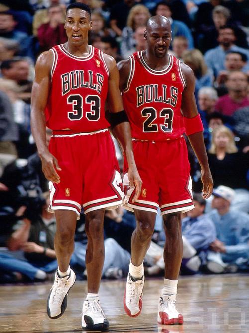 Con la retirada de Jordan los Bulls se convirtieron en el equipo de Pippen...  por fin iba a ser el primer espada... pero descubrió que no le gustaba  tanto ... 52c4fa812165a