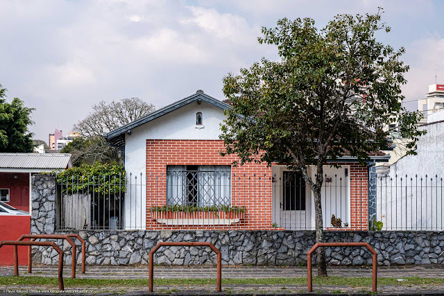 Casa com caplinha na fachada