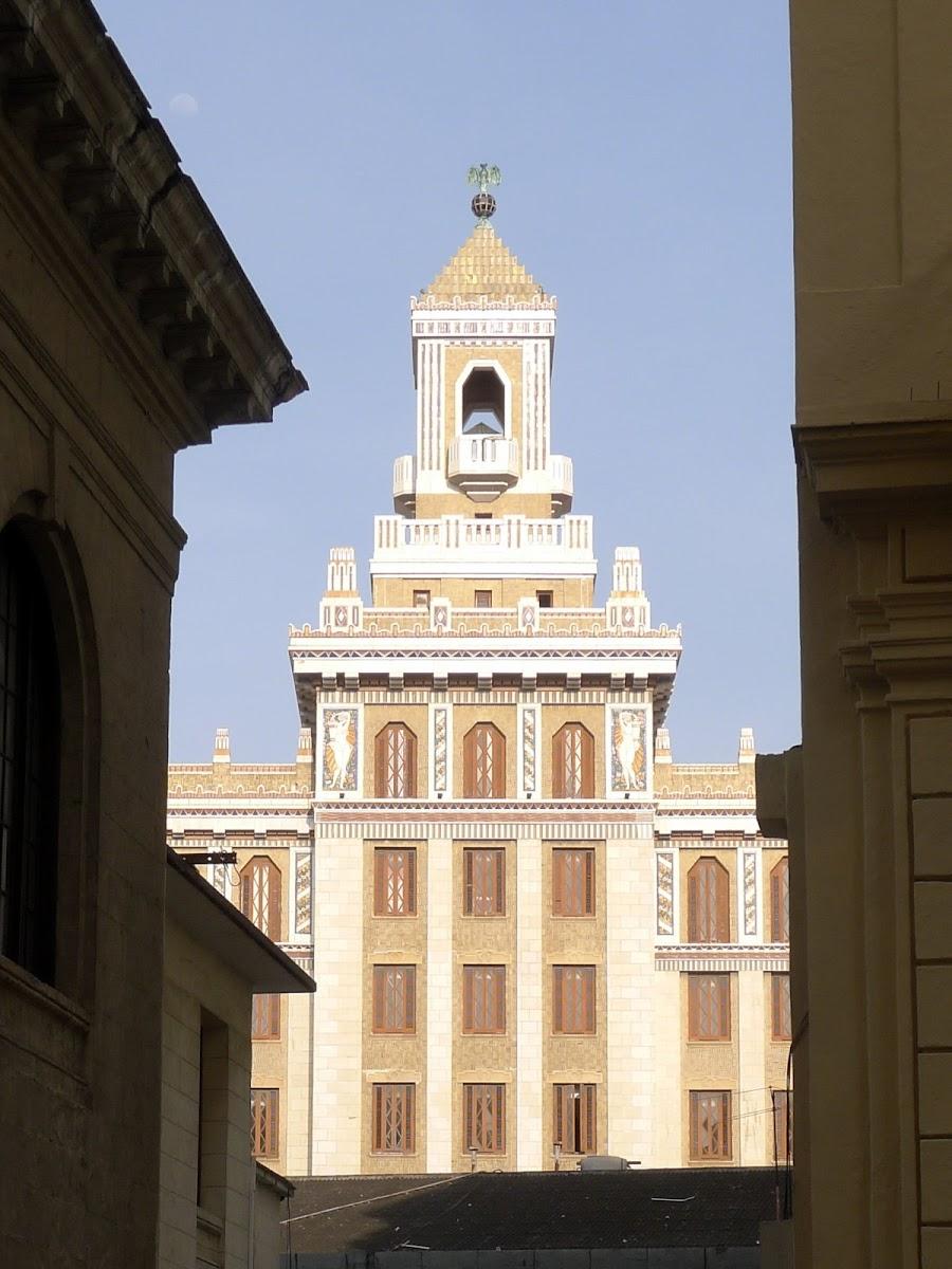 Bacardi-Gebäude durch eine Lücke fotografiert.
