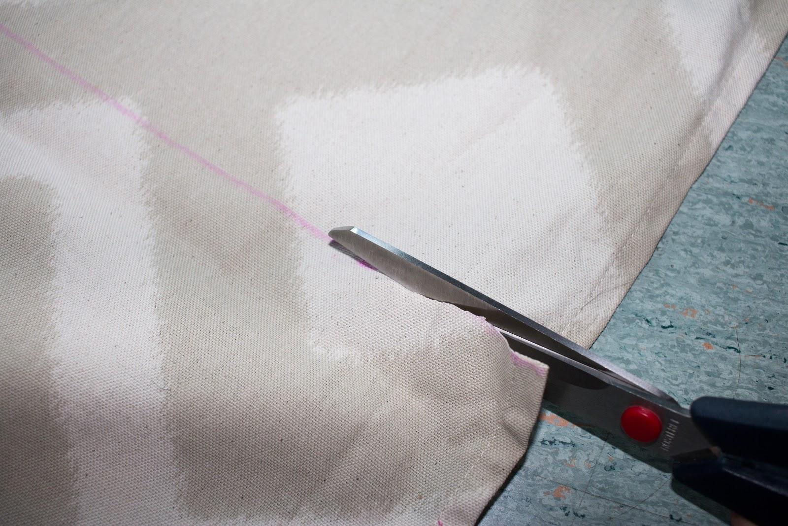 Anleitung für einen selbst genähten Vorhang für mehr Stauraum unter der Arbeitsplatte.