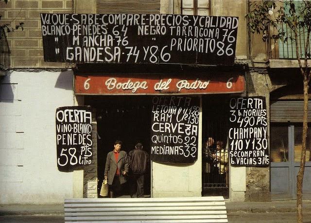 (1988) Plaça del Padró, 6, Barcelona - Vd que sabe, compare precios y calidad - Blanco Penedès 64 Negro Tarragona 76 - Blanco Mancha 76 Negro Priorato 86 - Blanco Gandesa 74 y 96 - Oferta Vino Blanco Penedès 58 Pts/litro - Oferta Letona/RAM l1/2 128 130 - Cerveza - Quintos 22 - Medianas 32 - Oferta 3 b. Moriles 490 Pts - Champany 110 y 130 - Se compran botellas vacías 3 Pts.