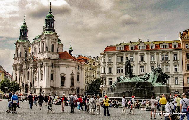 Praça da Cidade Velha, Praga (Staroměstské náměstí): Igreja de São Nicolau e estátua de Jan Hus