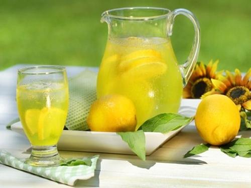 Hỗn hợp đồ uống nước cốt chanh, mật ong giúp chữa trị bệnh ho và viêm họng