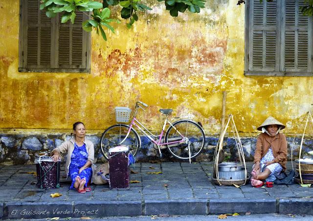 Venta de comida en las calles de Hoi An, por El Guisante Verde Project