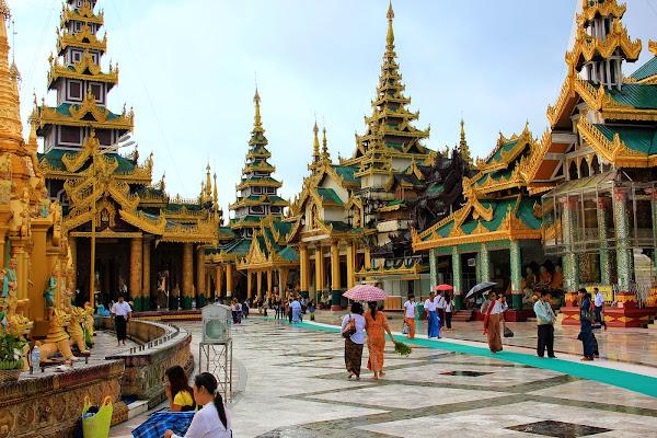 Fieles birmanos rezando en la Pagoda Shwedagon