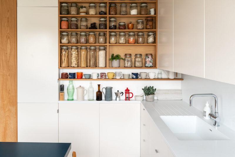 Despensa abierta en cocina blanca