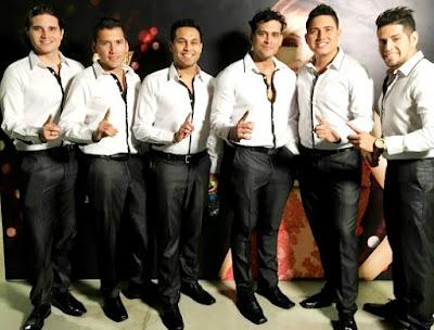 Foto de la Gran Orquesta Internacional con camisa blanca
