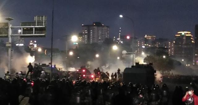 Polisi kepada Pendemo: Cukup, Kalau Anda Terkepung Jangan Menyesal
