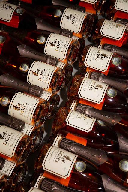 A etiqueta de vinhos de Skaersogaard registra a origem controlada da região de Dons.