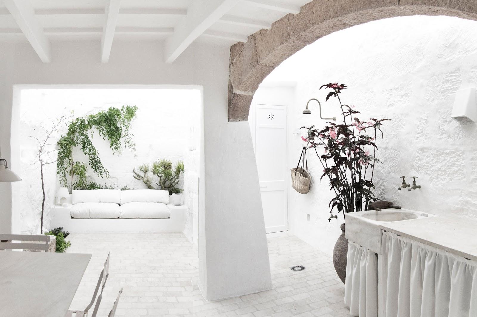 El patio enteramente blanco de esta casa es de ensuño
