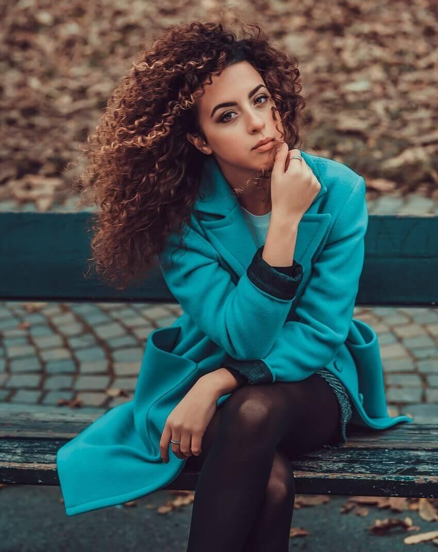 Mulher blusa azul, cachos 3c